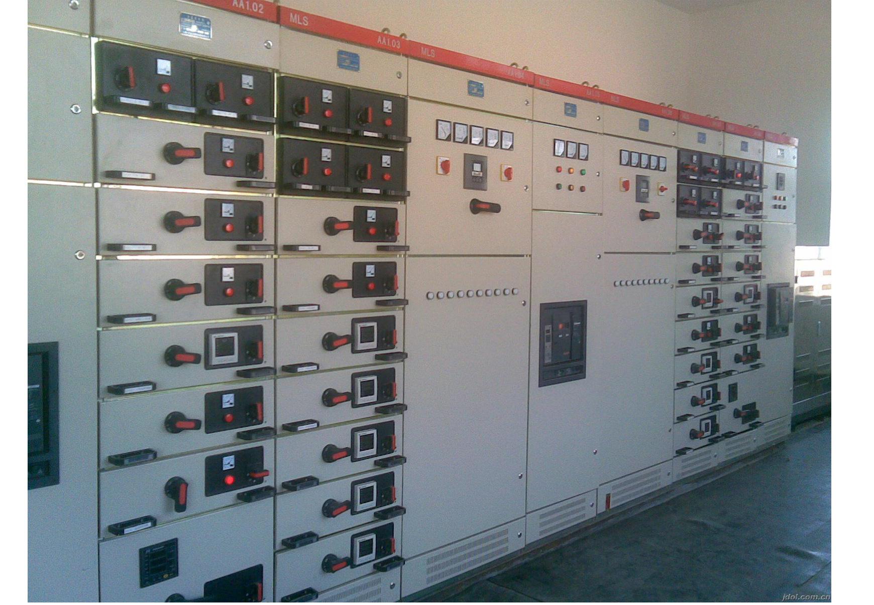 MNS型低压抽屉式开关柜概述: MNS型低压抽屉式开关柜是为满足不断发展的电力市场对增容、计算机接口、动力集中控制、方便安装维修、缩短事故处理时间等需要,参考ABB产品技术设计制造国产化的系列产品。装置适用于发电厂、石油、化工、纺织、高层建筑等行业的配电系统、变电所。在大型发电厂、石化系统等自动化程度高,要求与计算机接口的场所,作为三相交流、频率为50(60)Hz、额定工作电压为380V(400V)、 (660V),额定电流为6300A及以下的发电、供电系统中的配电、电动机集中控制、无功功率补偿等的电