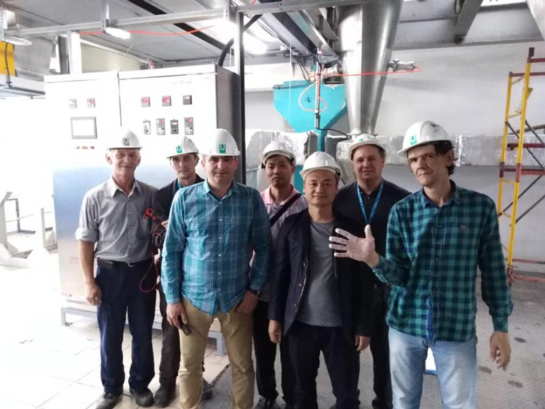 Customers visit our factory and place orders